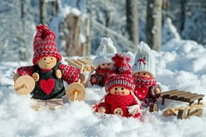 Wichtel-Figuren in Schneelandschaft